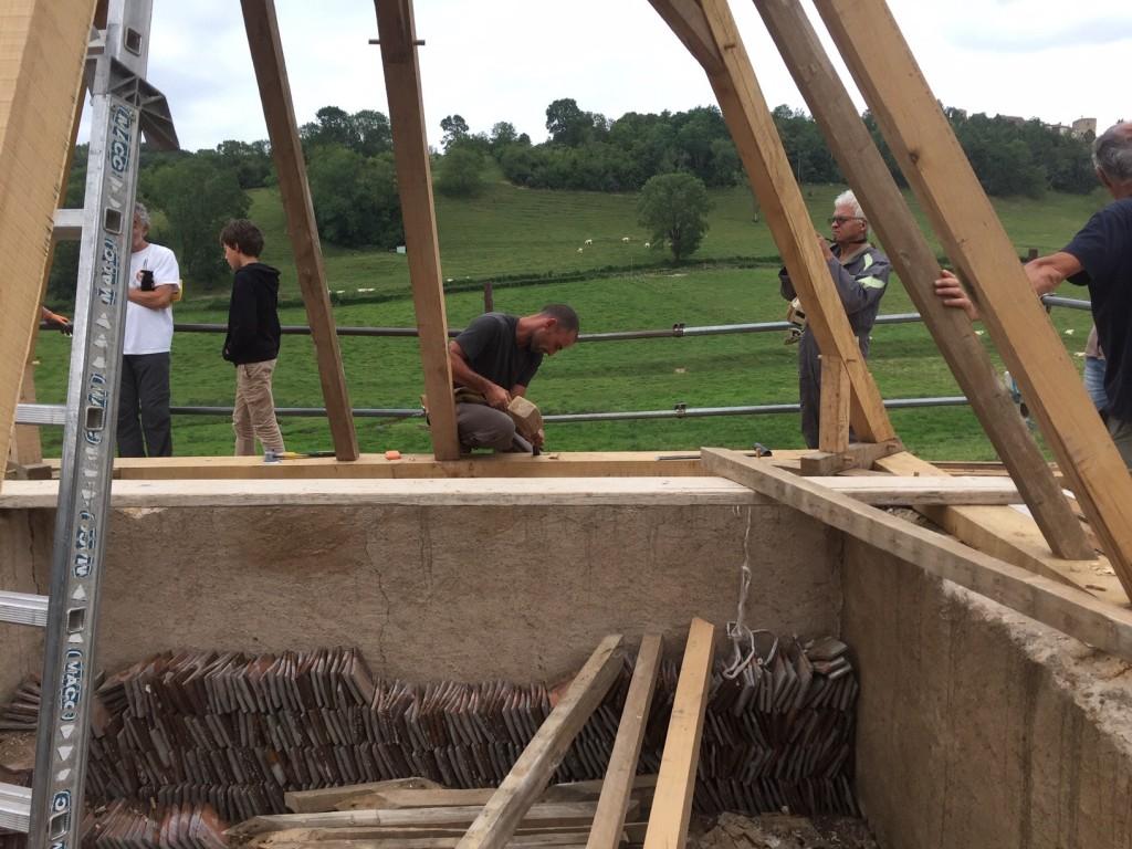 creusement d'encoches dans la sablière pour recevoir les poutres