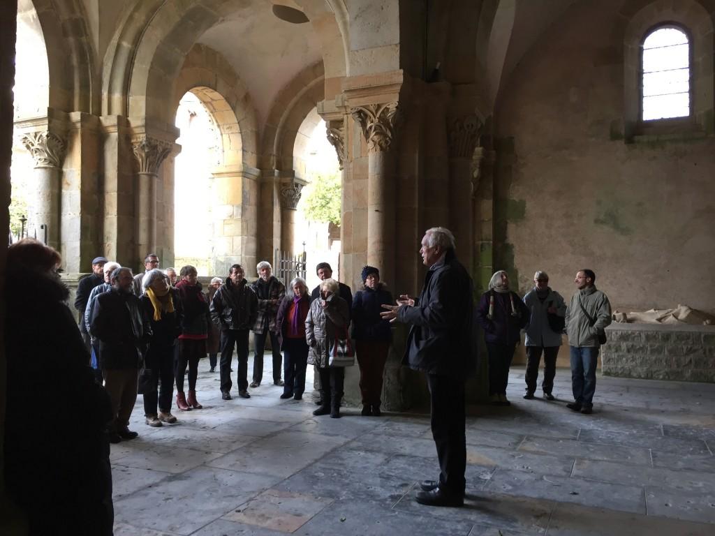 Les adhérents de MP71 et Jean Labarre sous le narthex de l'église de Perrecy