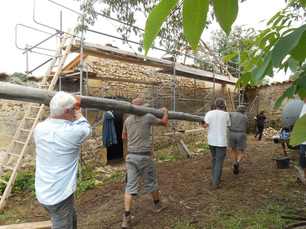 chantier St Martin étape 2 charpente transport du mat pour descendre les éléments de la charpente